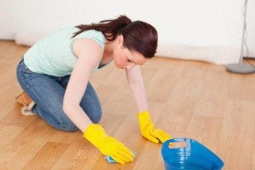 nainen pesee lattiaa