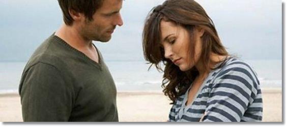 mies ja nainen keskustelevat rannalla