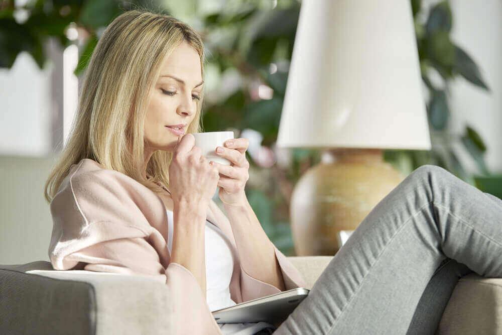 nainen nauttii teetä
