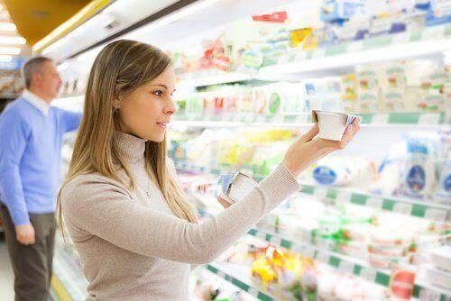 nainen ruokakaupassa