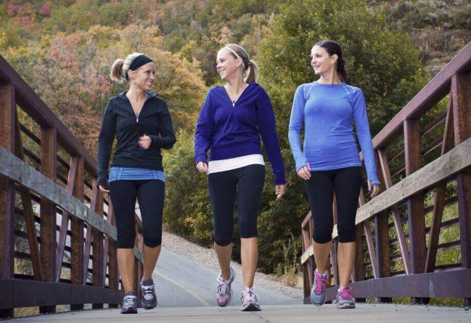 naiset kävelylenkillä