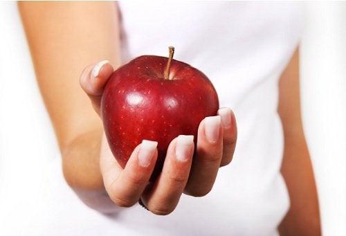 Valmista ananassalaattia, joka sisältää mm. omenaa.