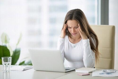 Jumissa olevat hartiat voivat aiheuttaa päänsärkyä.