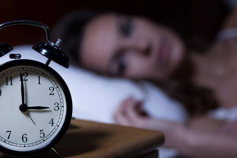 nainen on hereillä keskellä yötä