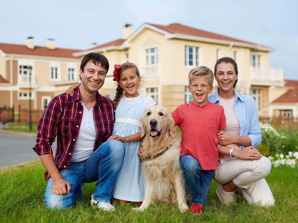 onnellinen perhe ja koira