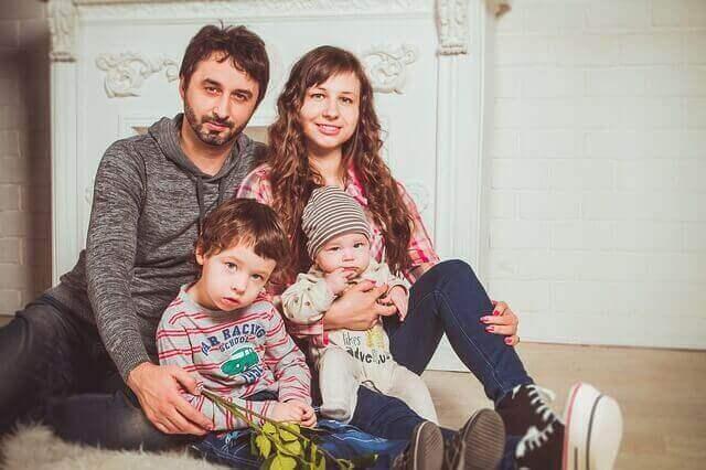 kuvat lapsesta perheen kanssa
