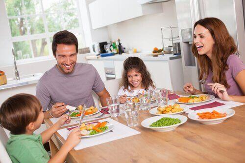perhe syö terveellistä ruokaa