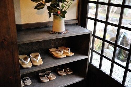 kenkähylly vanhasta kirjahyllystä