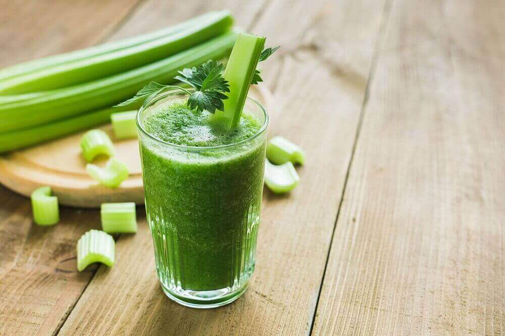 Ananas-selleri-juoma auttaa ummetuksen oireisiin.