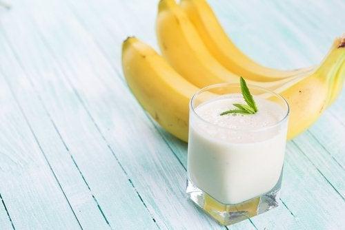 smoothieita kauramaidosta ja banaanista