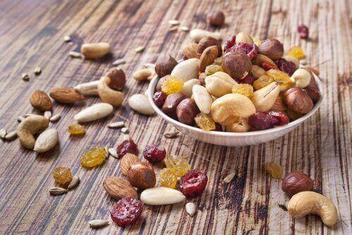 pähkinät ja kuivatut marjat ovat talviajan ruokaa