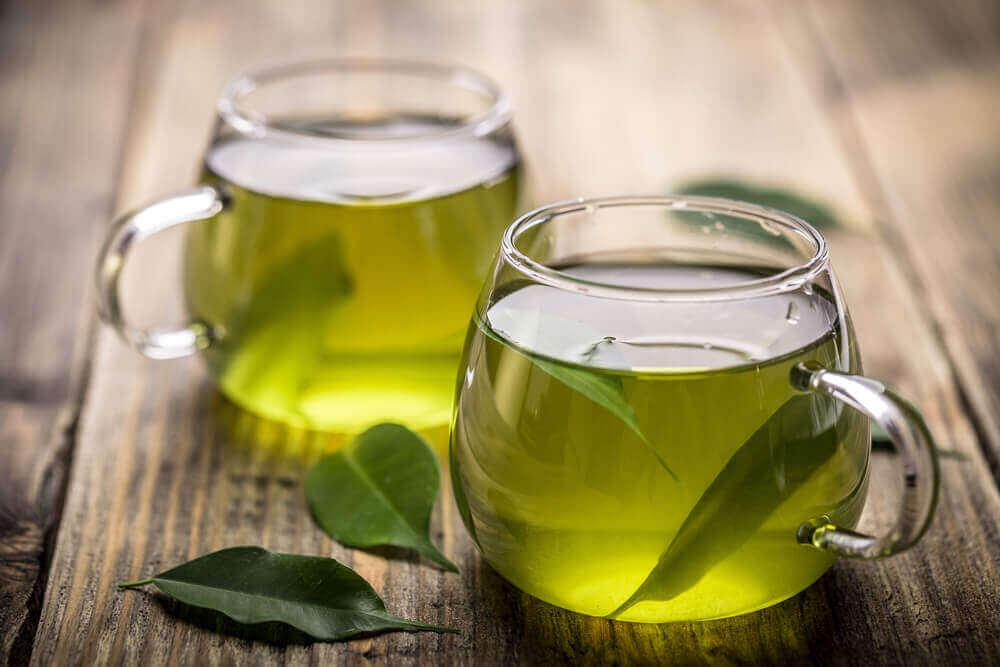 ilmavaivoja lievittäviä hoitoja: vihreä tee