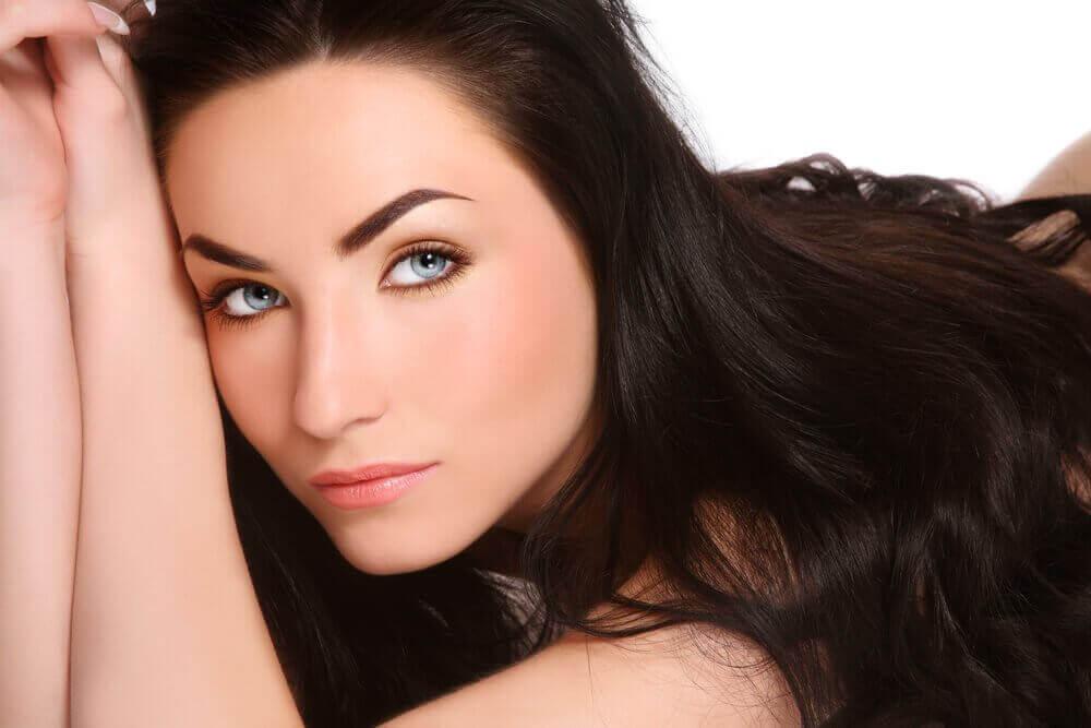Haluatko pidemmät ja vahvemmat hiukset? Kokeile näitä luontaishoitoja