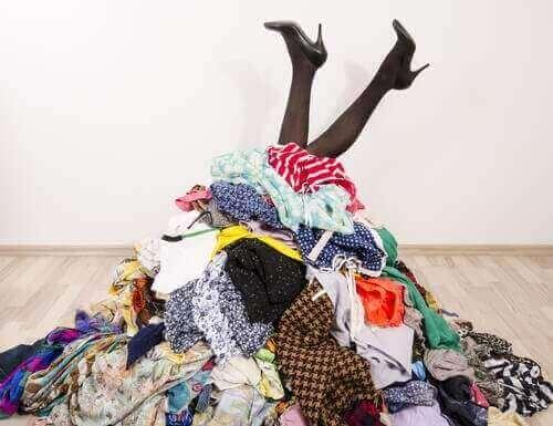 7 tapaa säilyttää vaatteita ilman vaatekaappia