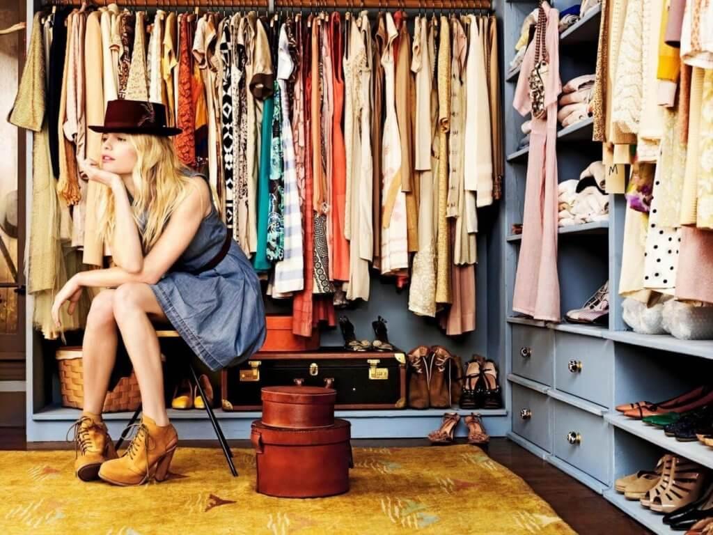 Säilyttämällä vuodenaikaan sopivia vaatteita kerrallaan, on niitä helpompi käyttää ja löytää.