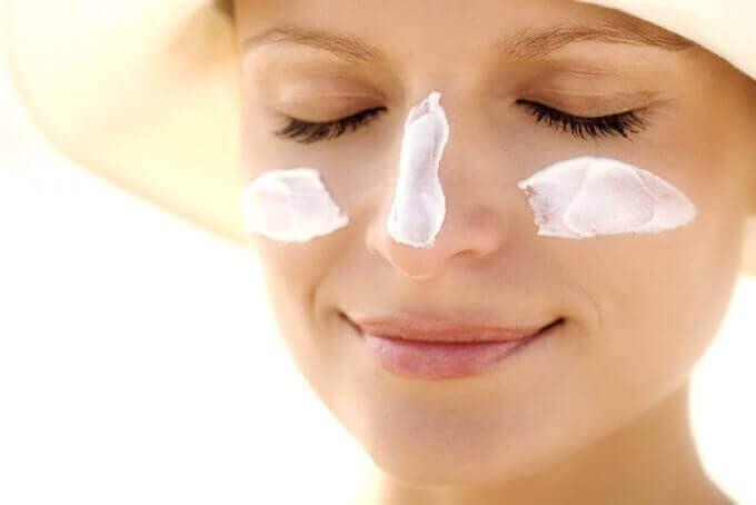 ihonhoitovinkkiä vaihdevuosiin: aurinkorasvaa