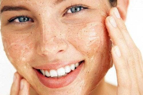 ihonhoitovinkkiä vaihdevuosiin: kuori ihoa