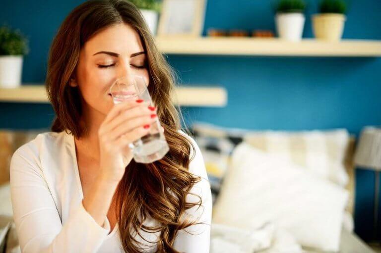 juo runsaasti vettä