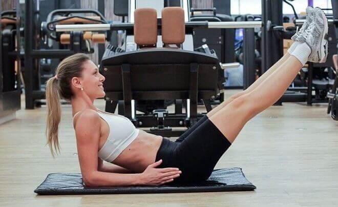 vahvat vatsalihakset nostamalla jalat ylös