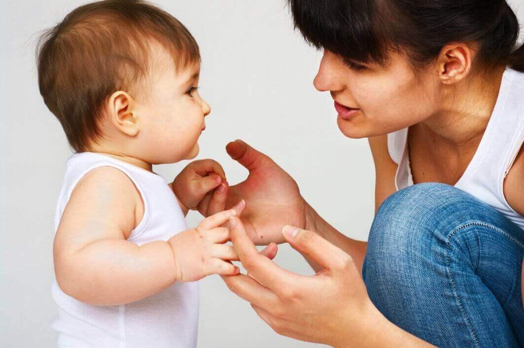 Sanojen ja lauseiden toistaminen auttaa lasta oppimaan puhumaan.