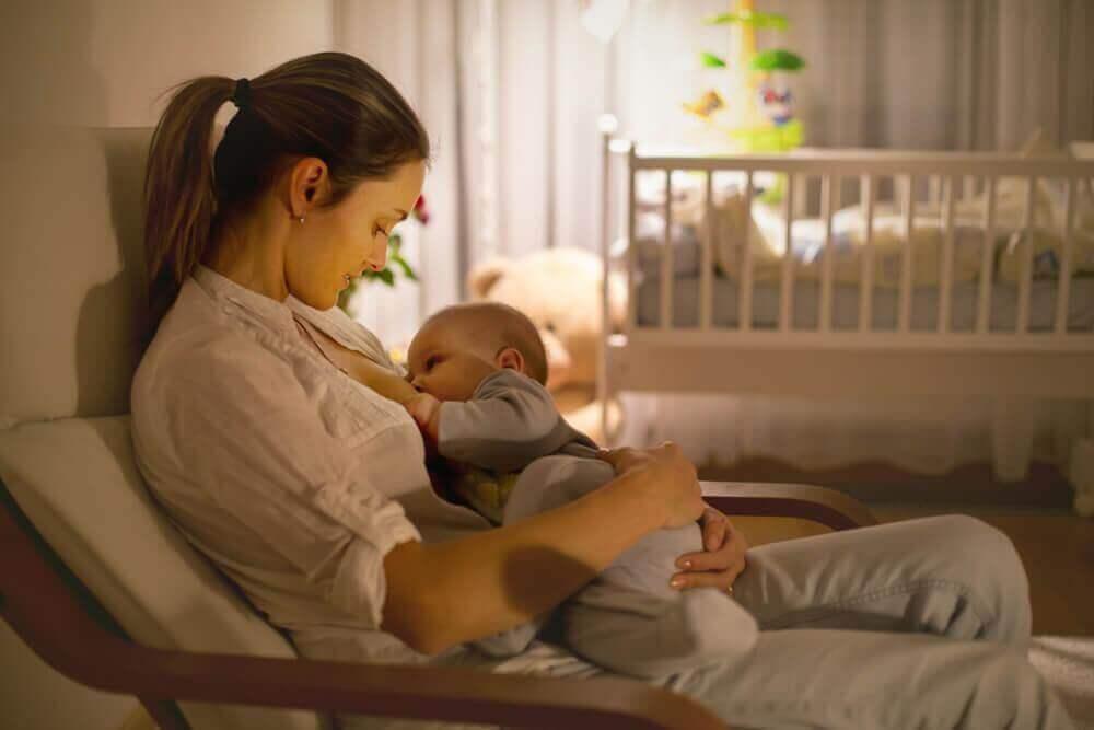 äiti syöttää vauvaansa