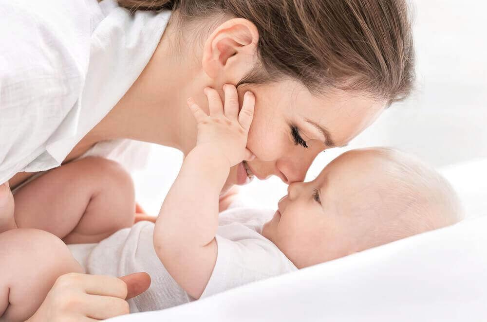 ensiäiti vauvansa kanssa