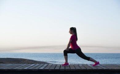 jalkalihasten vahvistaminen askelkyykyllä