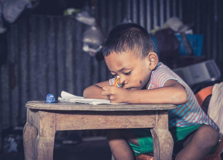 lapsi tekee läksyjä