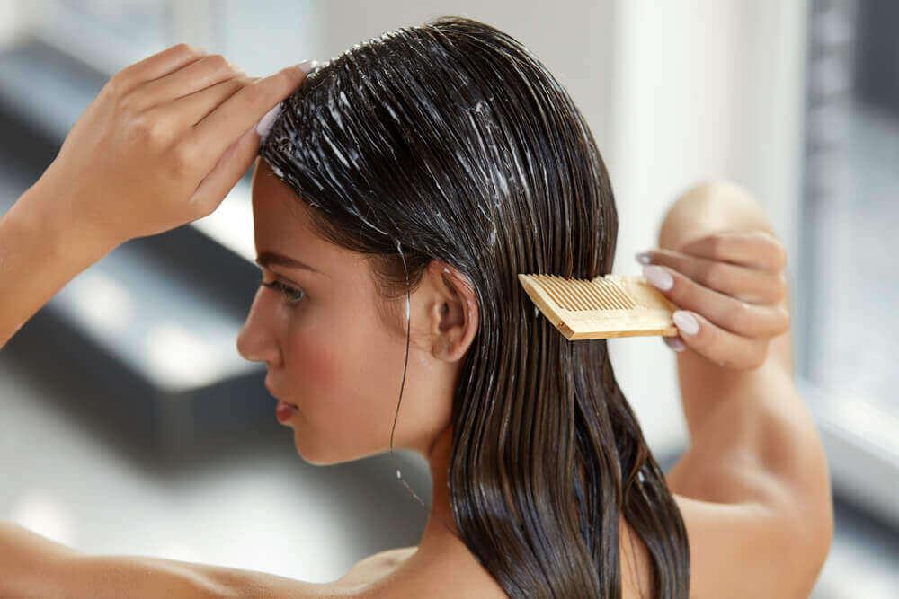 Valmista hiusnaamio hunajasta ja avokadosta.