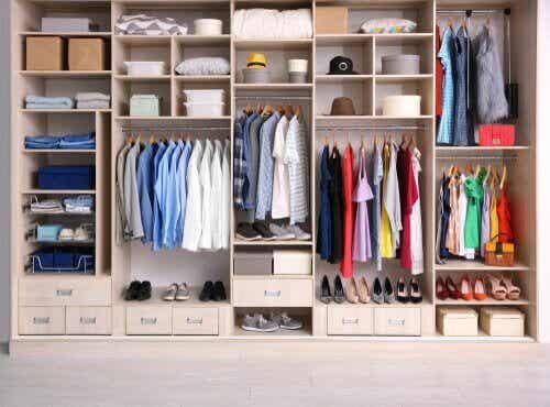 Tee itse vaatteille ja tavaroille yksinkertaisia säilytysjärjestelmiä