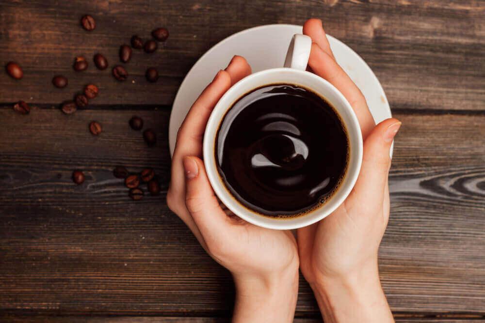mahalaukkua ärsyttävät juomat: kahvi