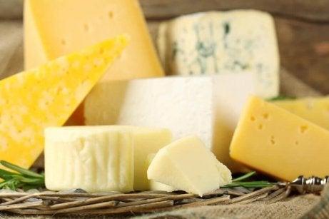 Monte Cristo -voileipä sisältää juustoa.