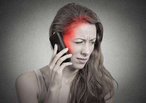 Kännykän haitat - kännykän käytöstä voi olla haittaa aivoille.