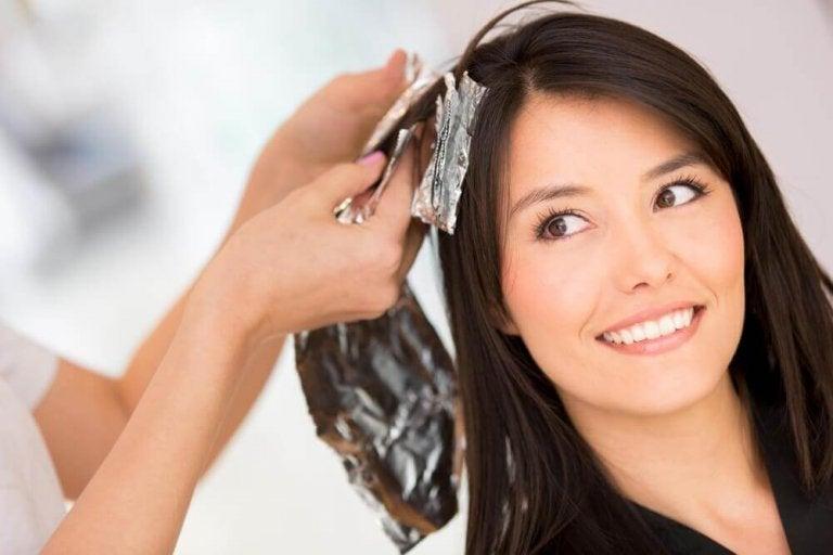 5 kotitekoista ratkaisua hiusvärin poistamiseksi