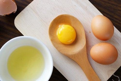kananmunat leivonnassa
