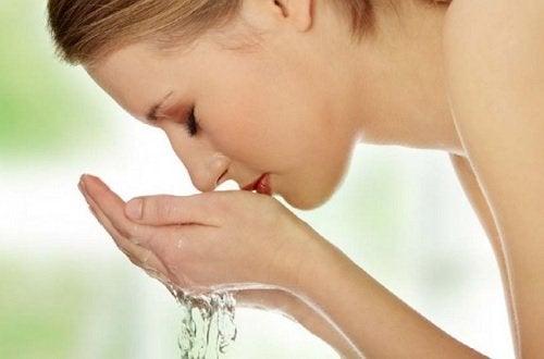 Virkistävä kasvovesi saattaa auttaa tummiin silmänalusiin.