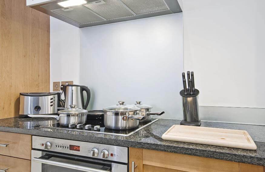 6 luonnollista tuotetta rasvan puhdistamiseksi keittiötasoilta