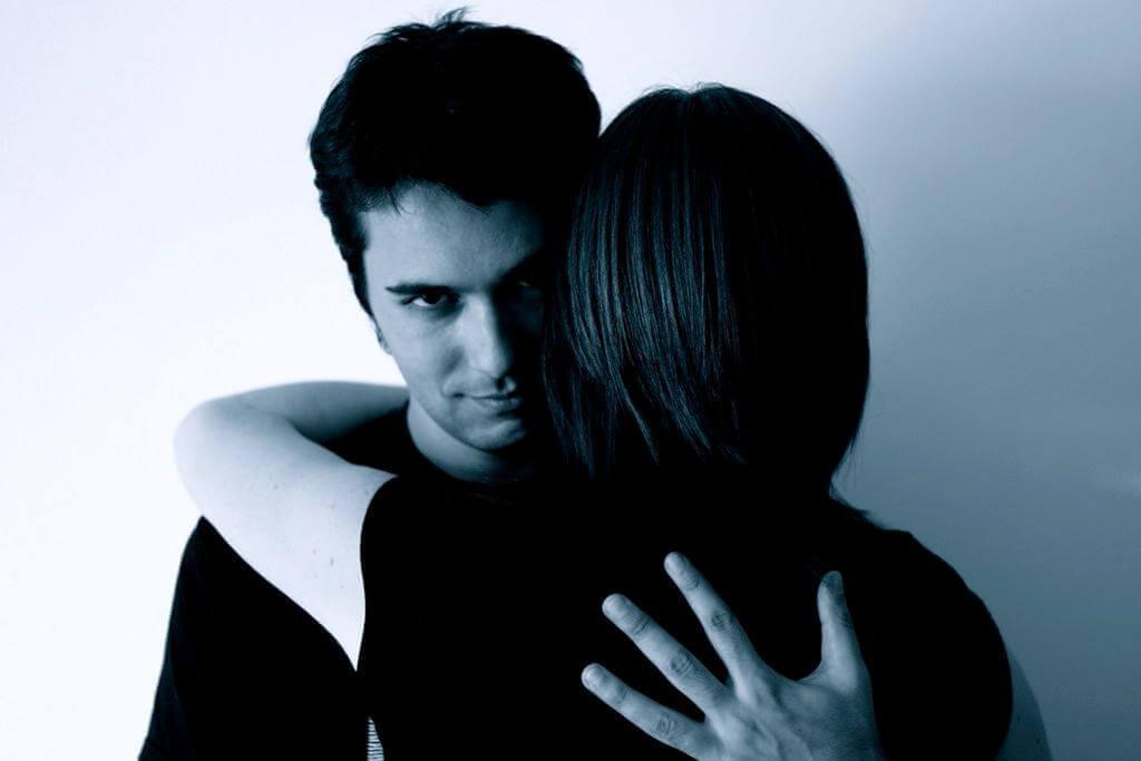 Henkinen väkivalta jättää syvät haavat mieleen.