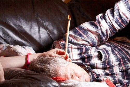 vanhukselle tehdään korvakynttiläterapia kotona