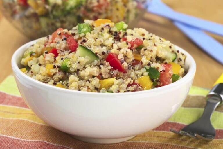 kvinoaa ja vihanneksia