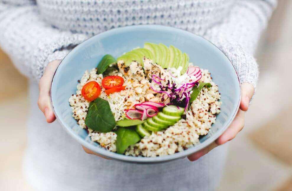Kolme herkullista kvinoasalaattia