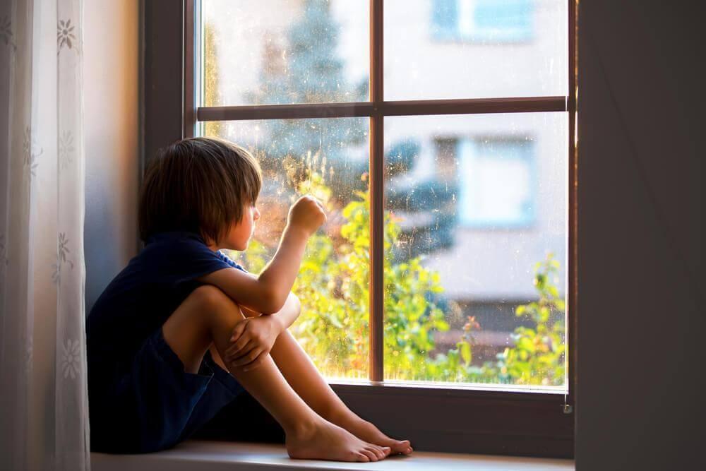 lapsi ikkunalla