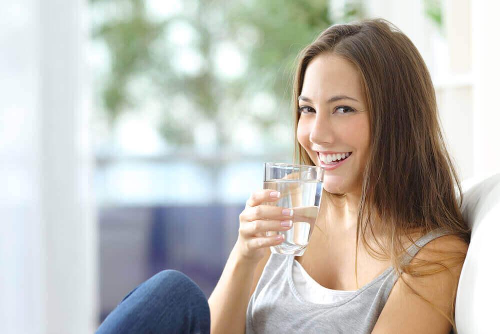 taistele psoriasista vastaan juomalla runsaasti vettä