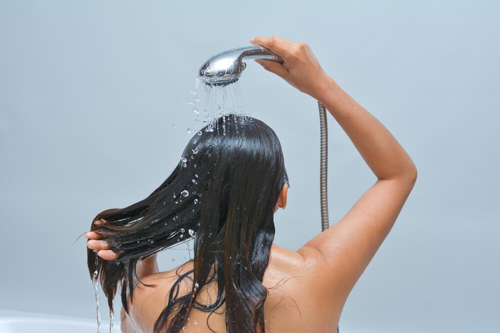 Päänahan sieni-infektio aiheuttaa polttelua ja kutinaa.