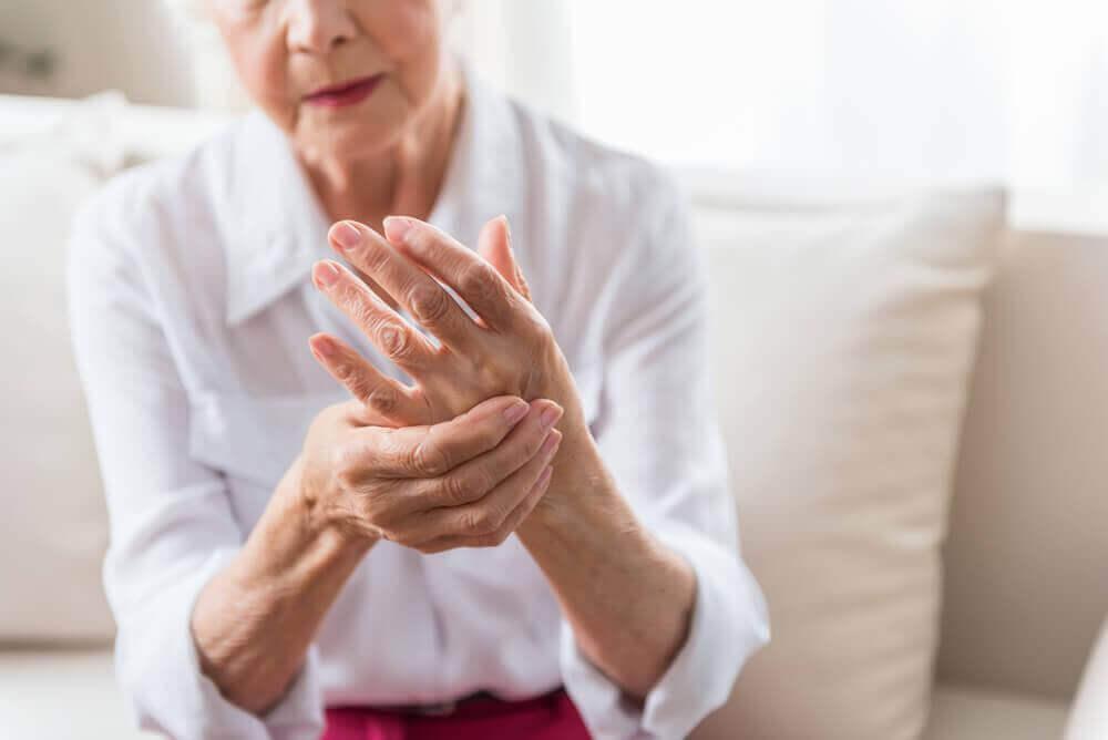 iäkkäällä naisella reumaa