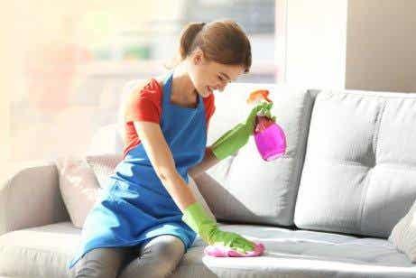 Viisi ainetta pölyjen pyyhkimiseen huonekaluista