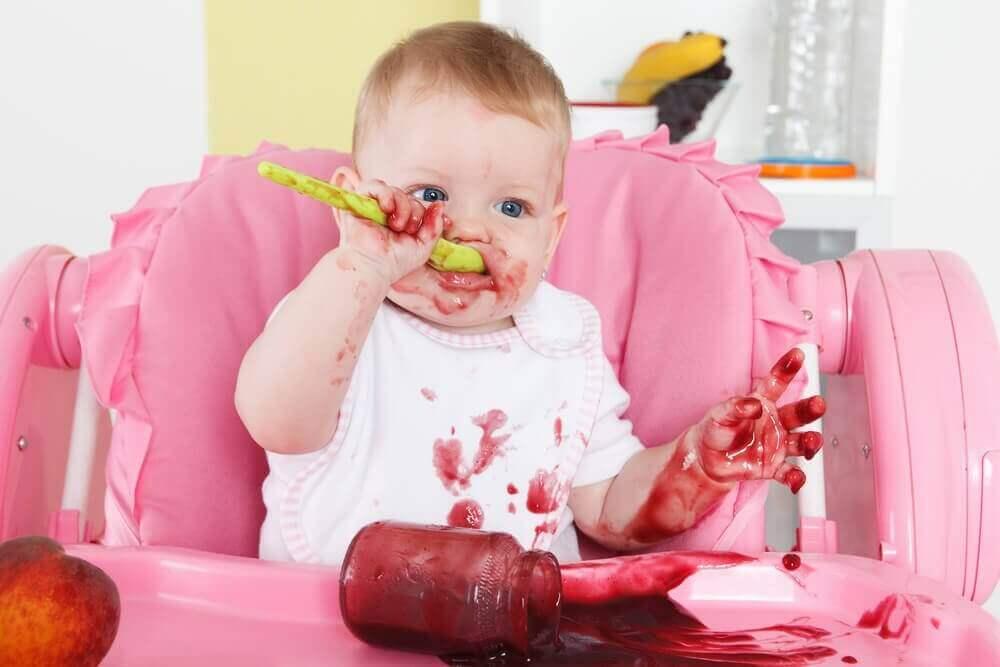 vauva syö sosetta