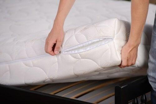 Kuinka desinfioida makuuhuone? Käytä luonnollisia aineita, kuten ruokaoodaa ja eukalyptusta.