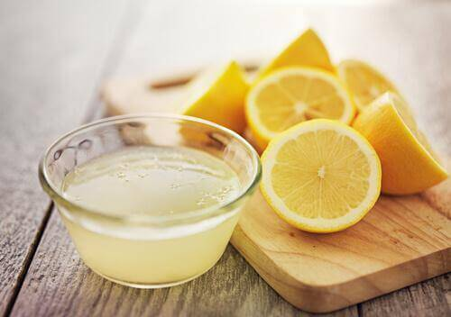 sitruunamehu hiusvärin poistamiseksi