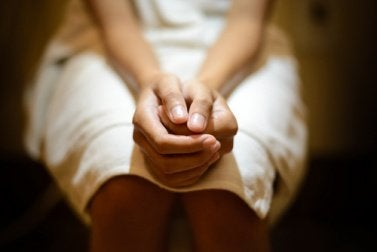 istuu kädet ristissä